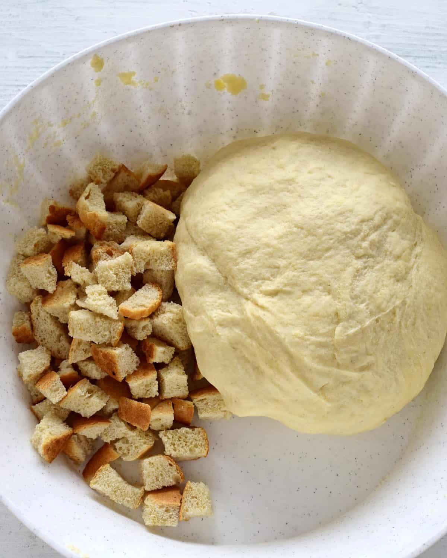 Böhmische Knödel mit Brotwürfeln kneten