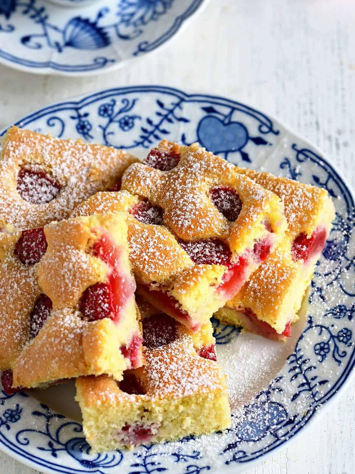 Biskuitkuchen mit Erdbeeren Schnitte serviert