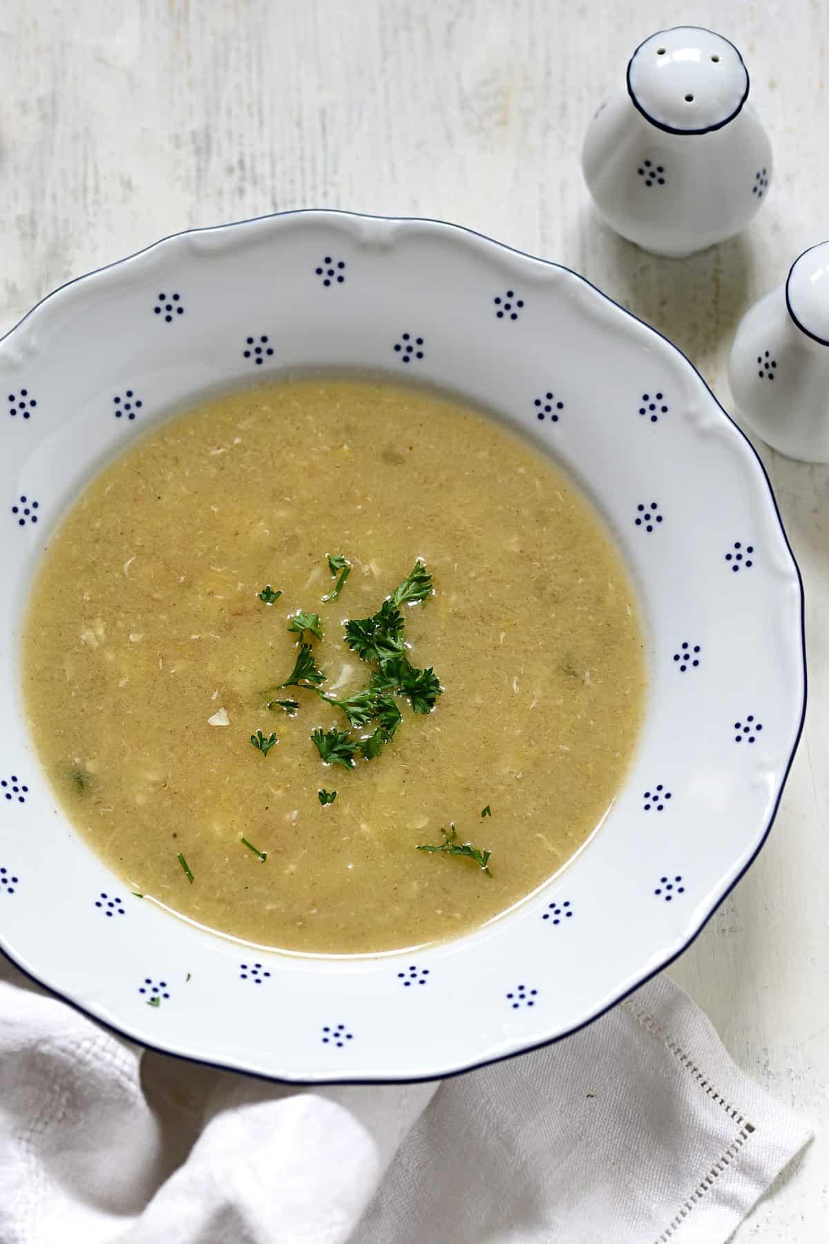 Kümmelsuppe servieren