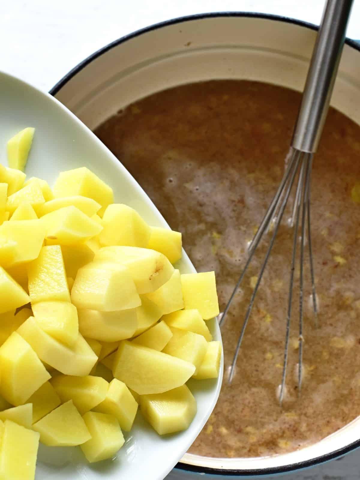 Kartoffeln in die Suppe zugeben