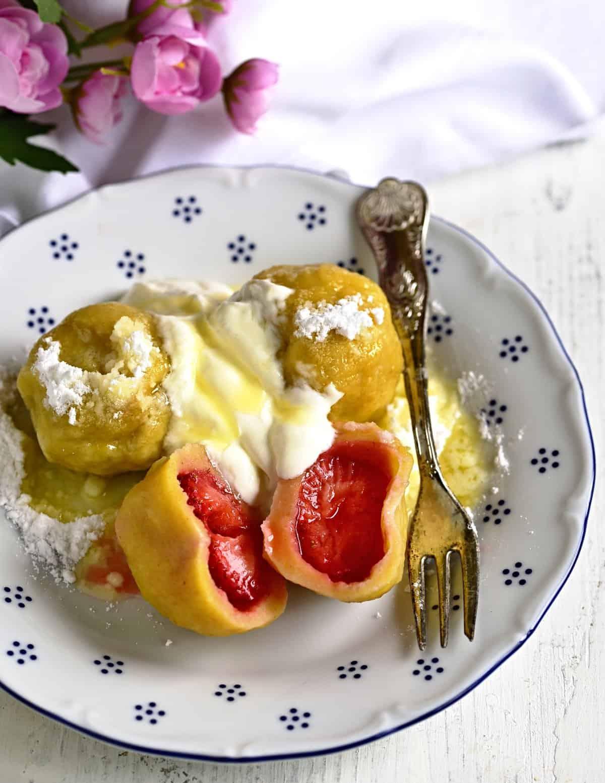 Topfenknödel gefüllt mit Erdbeeren