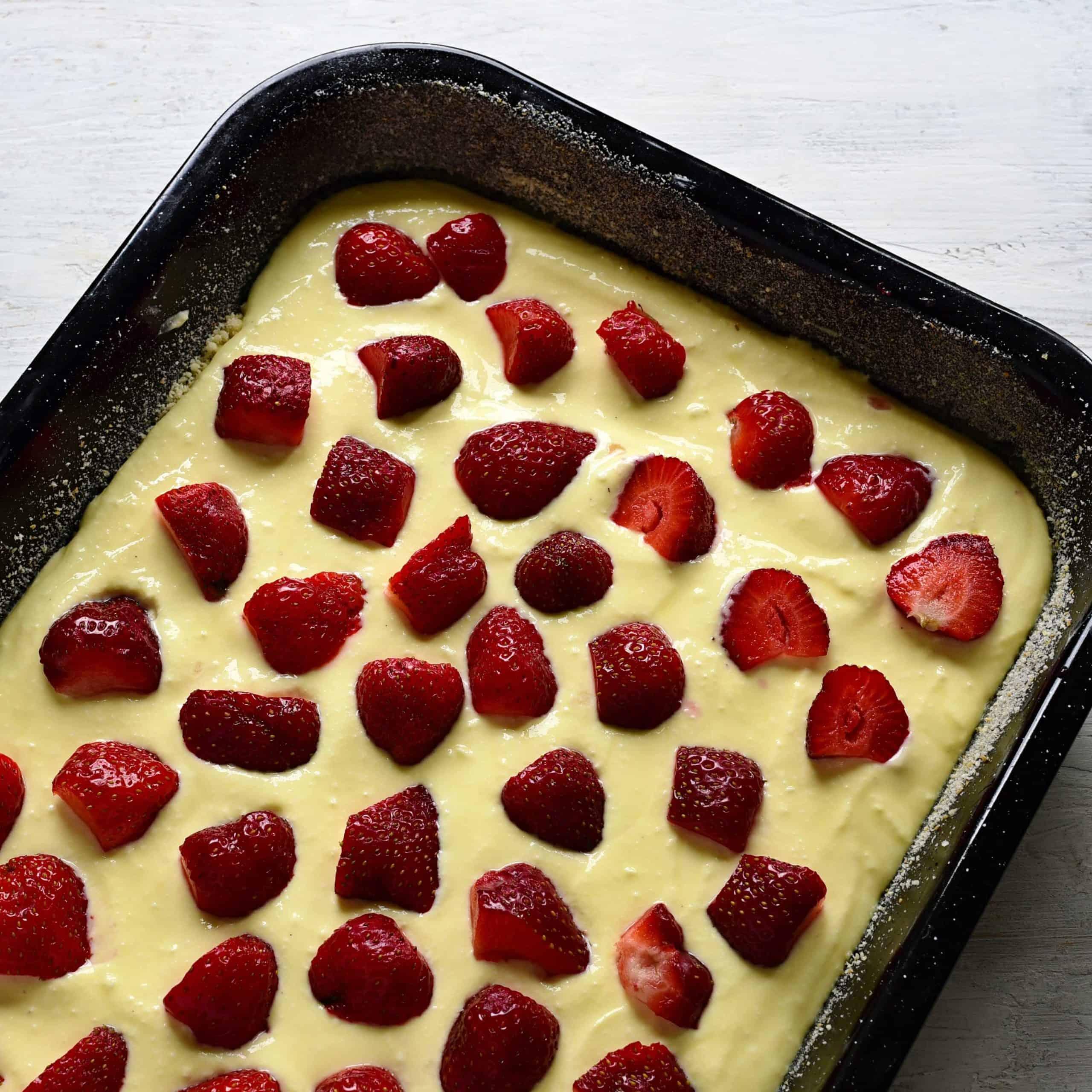 kuchen mit erdbeeren bedecken