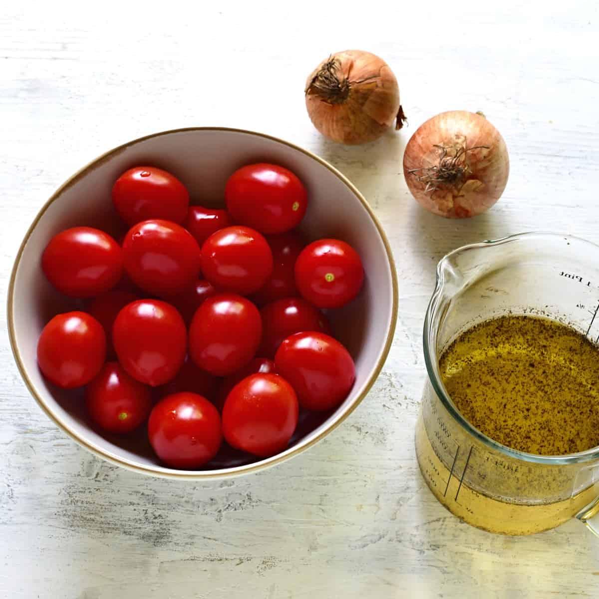 Zutaten für Tomatensalat mit Zwiebeln und saur-süss Dressing