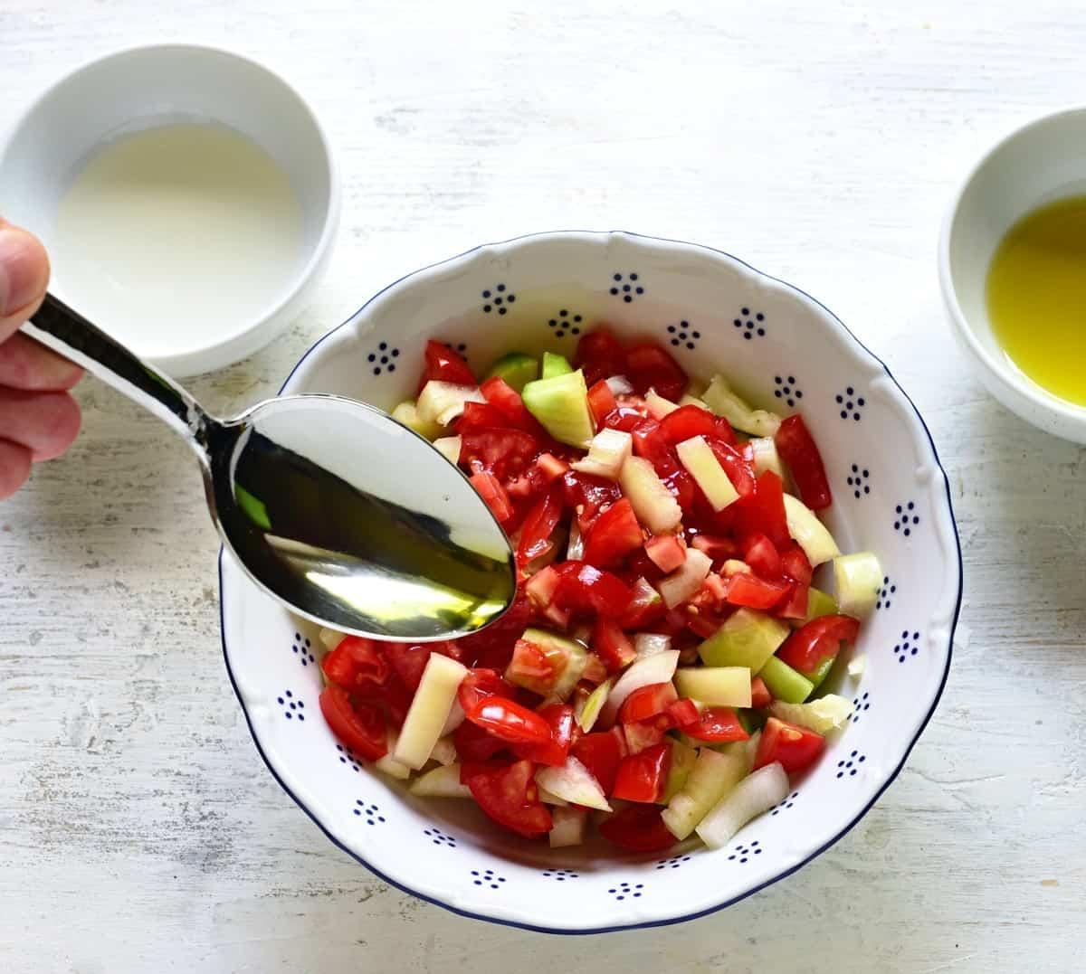 Geschnittene Gemüse mit Öl und Essing beträufeln.