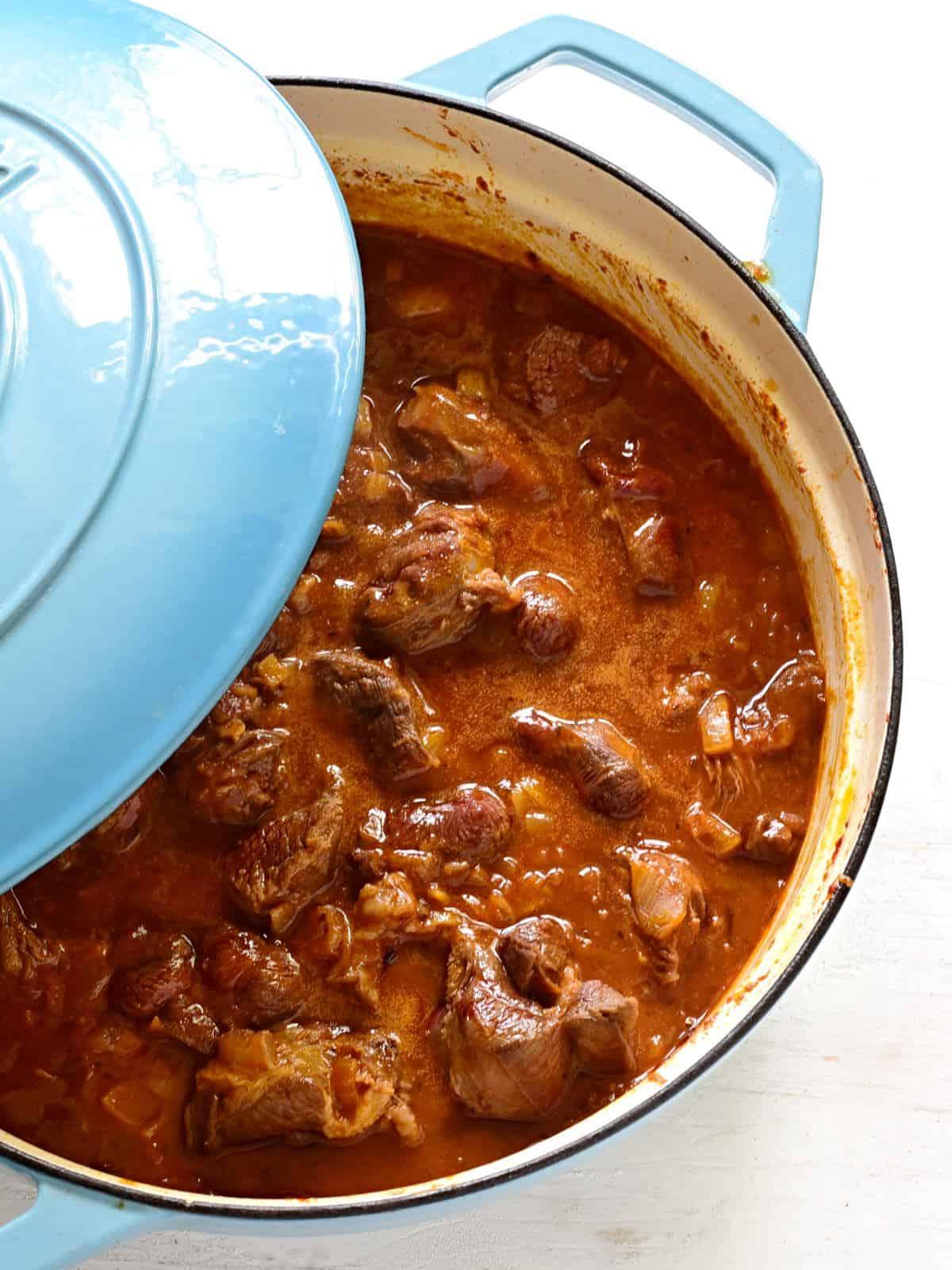 Saftiges Gulasch in der Sautépfanne zubereitung.