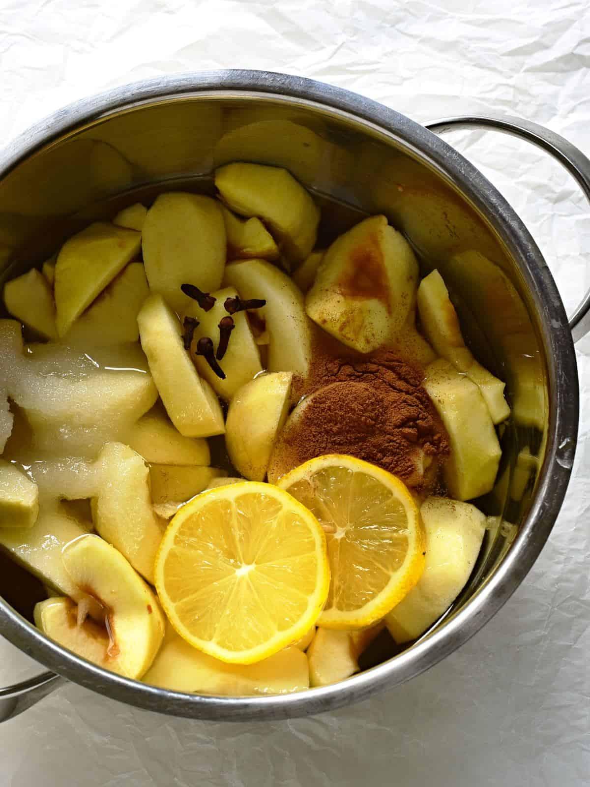 Apfelkompott mit Zimt, Nelken und Zitrone selber machen.