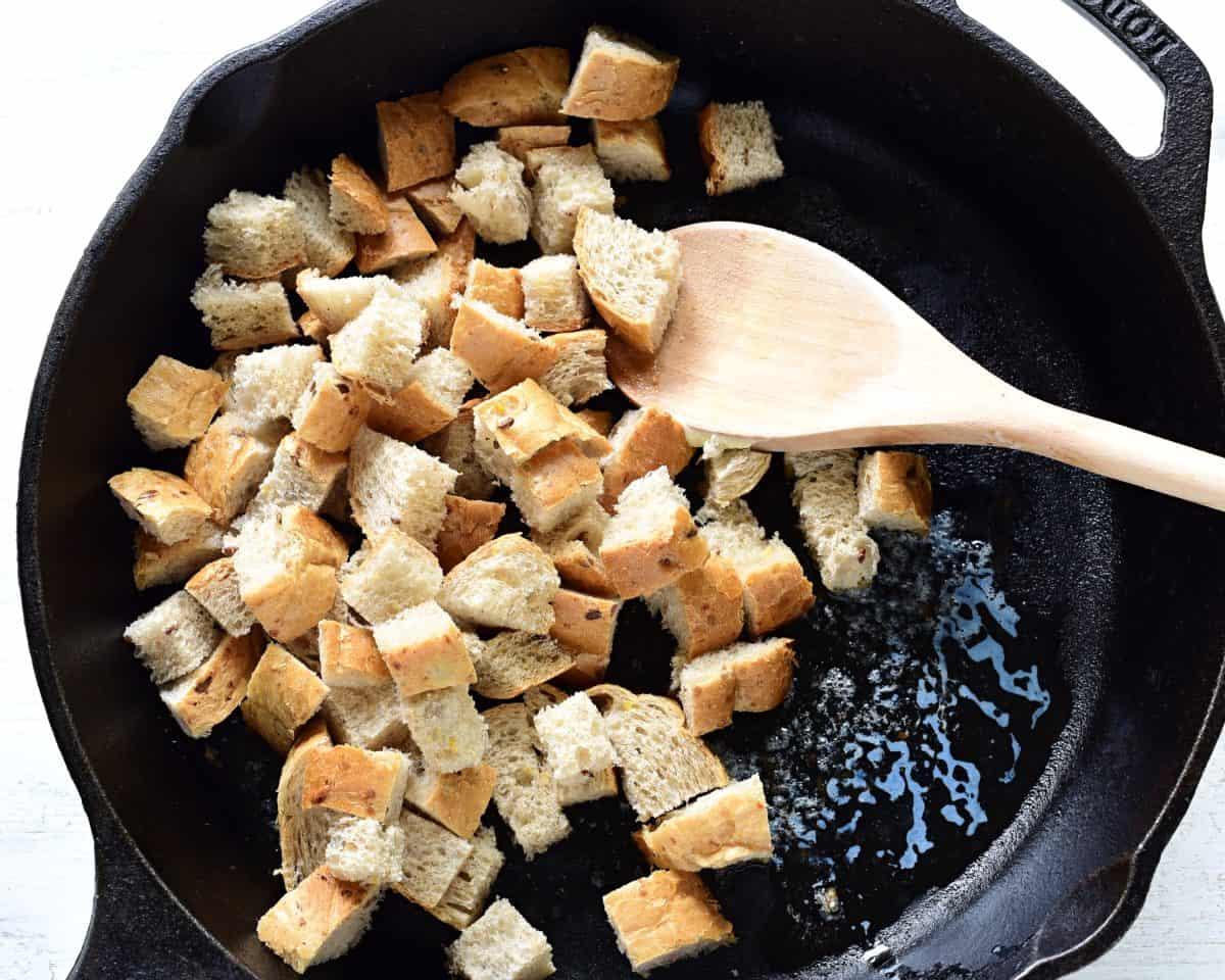 brot croutons auf der pfanne selber machen.