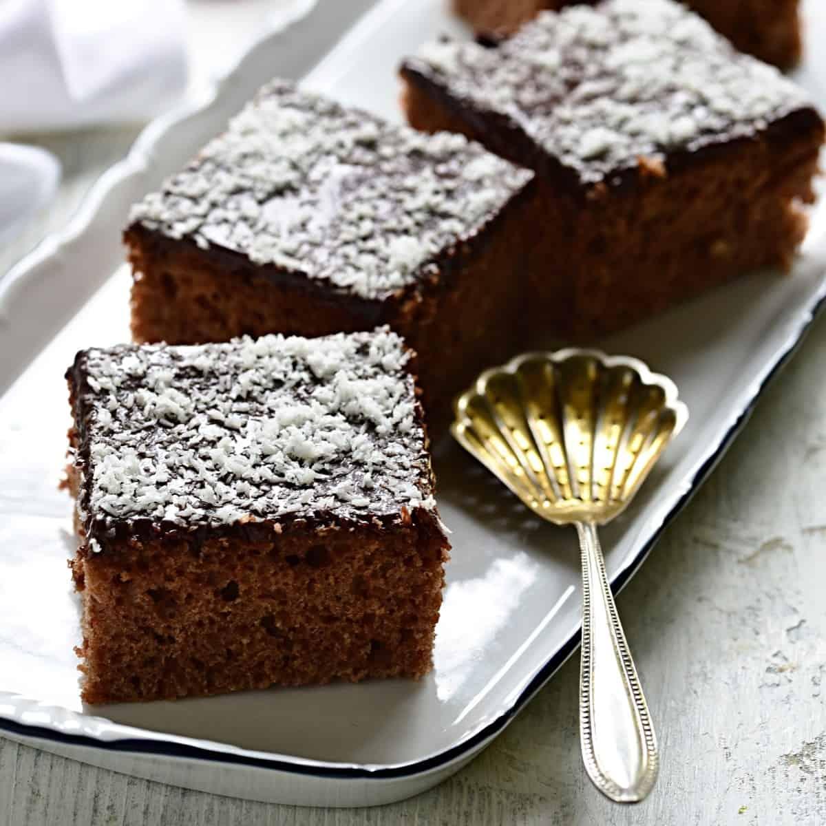 Buttermilchkuchen mit Schokoglasur Rezept.