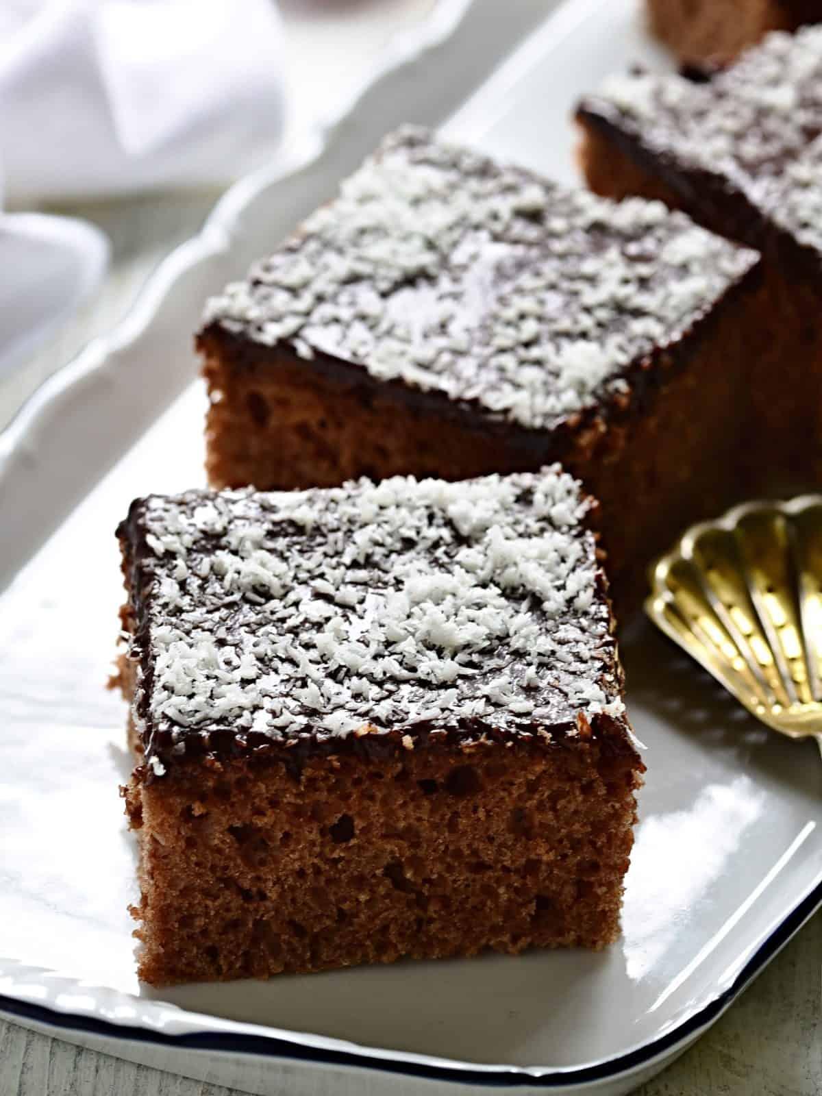 Buttermilchkuchen in Schnitten schneiden und servieren.
