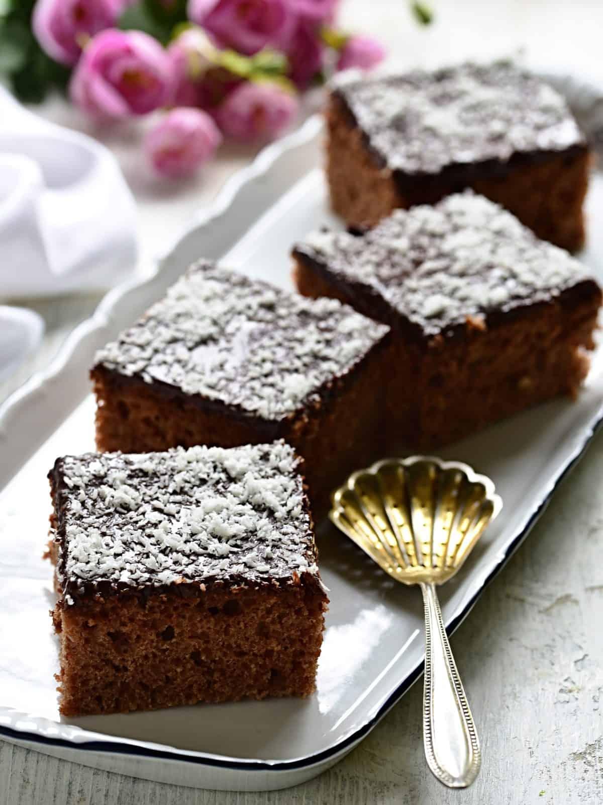 Buttermilchkuchen mit Schokoglasur, Schnitten serviert.