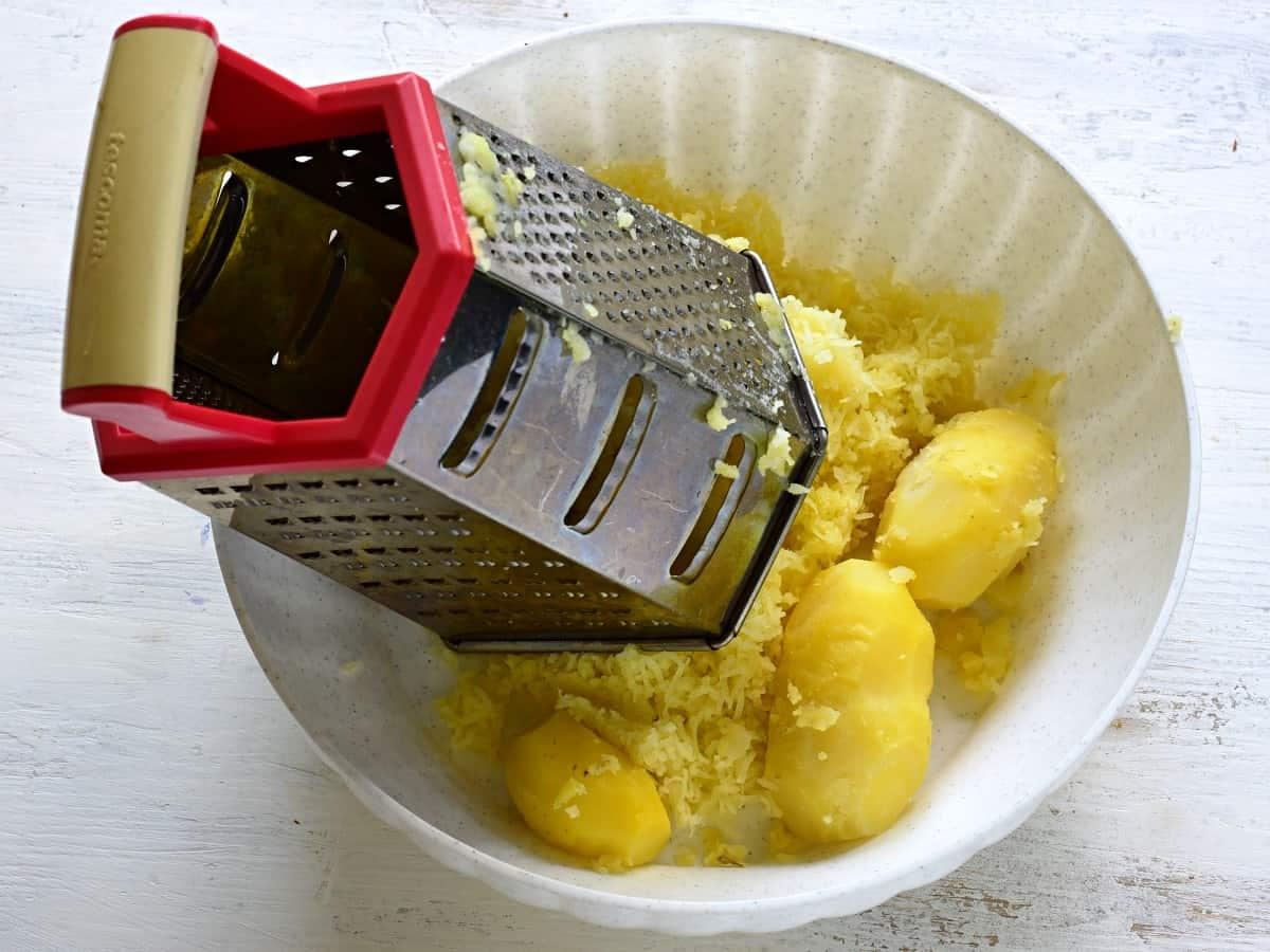 Gekochte Kartoffeln fein reiben.