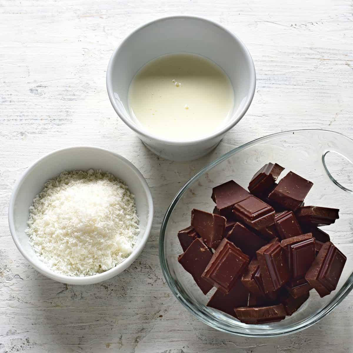 Schokoglasur Zutaten abgebildet - Zucker, schokolade und Schlagsahne.