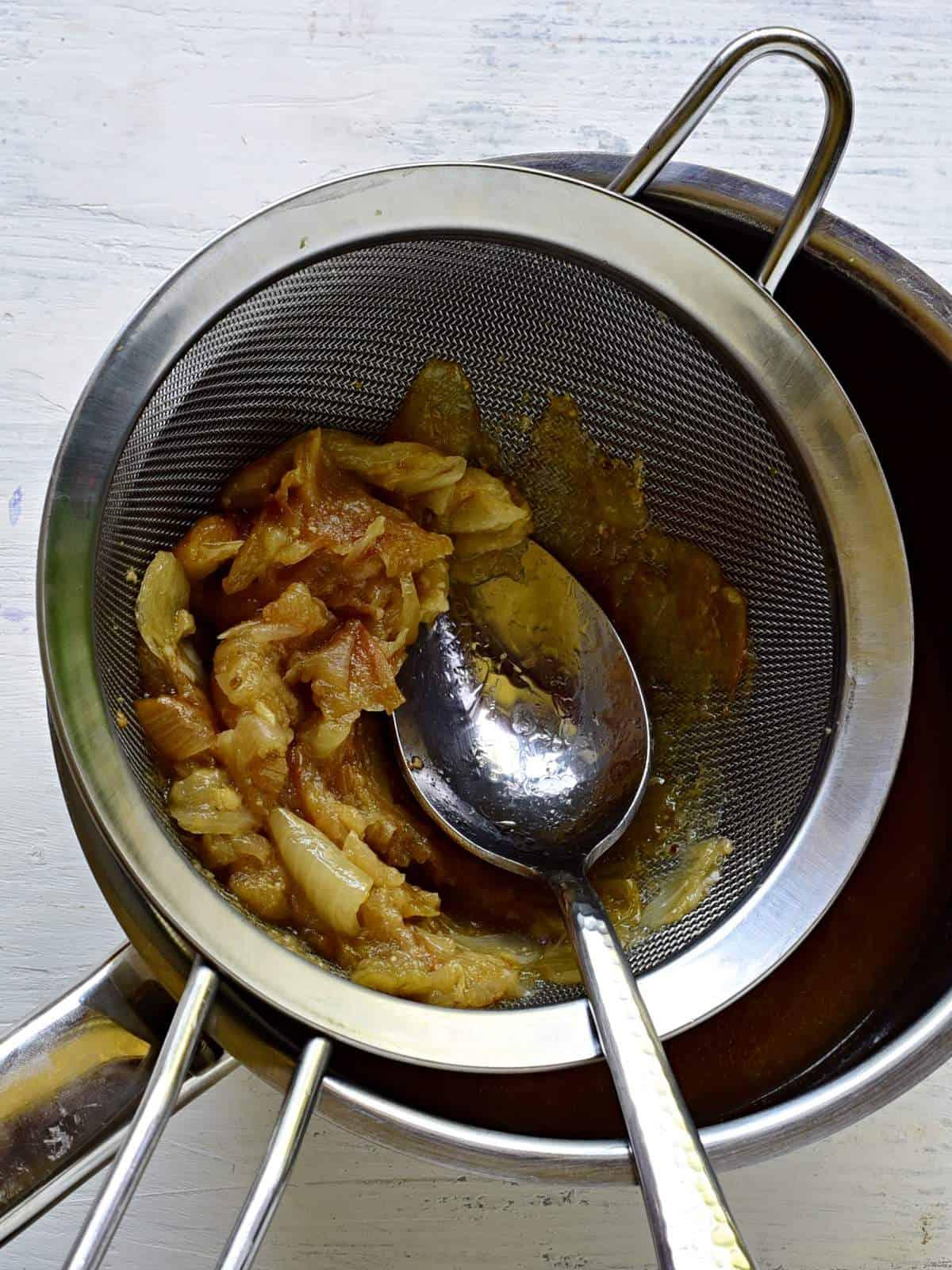 Soße für Schweinebraten herstellen.