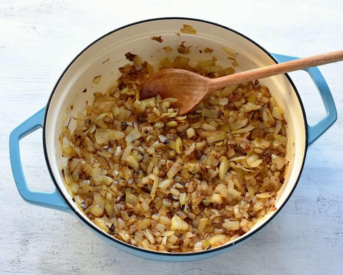 Zwiebeln für Rindergulasch anbraten.