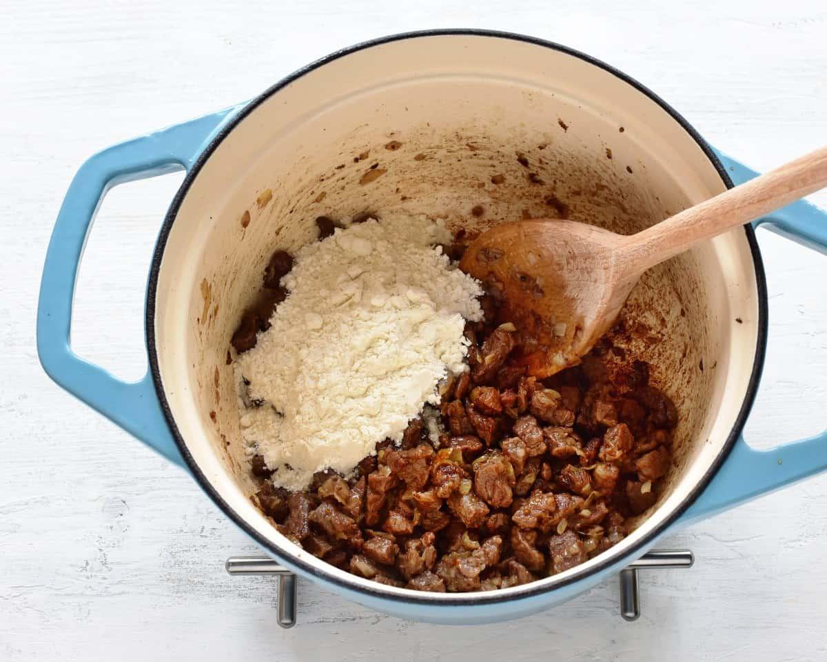 Mehl zugeben und kurz anbraten.
