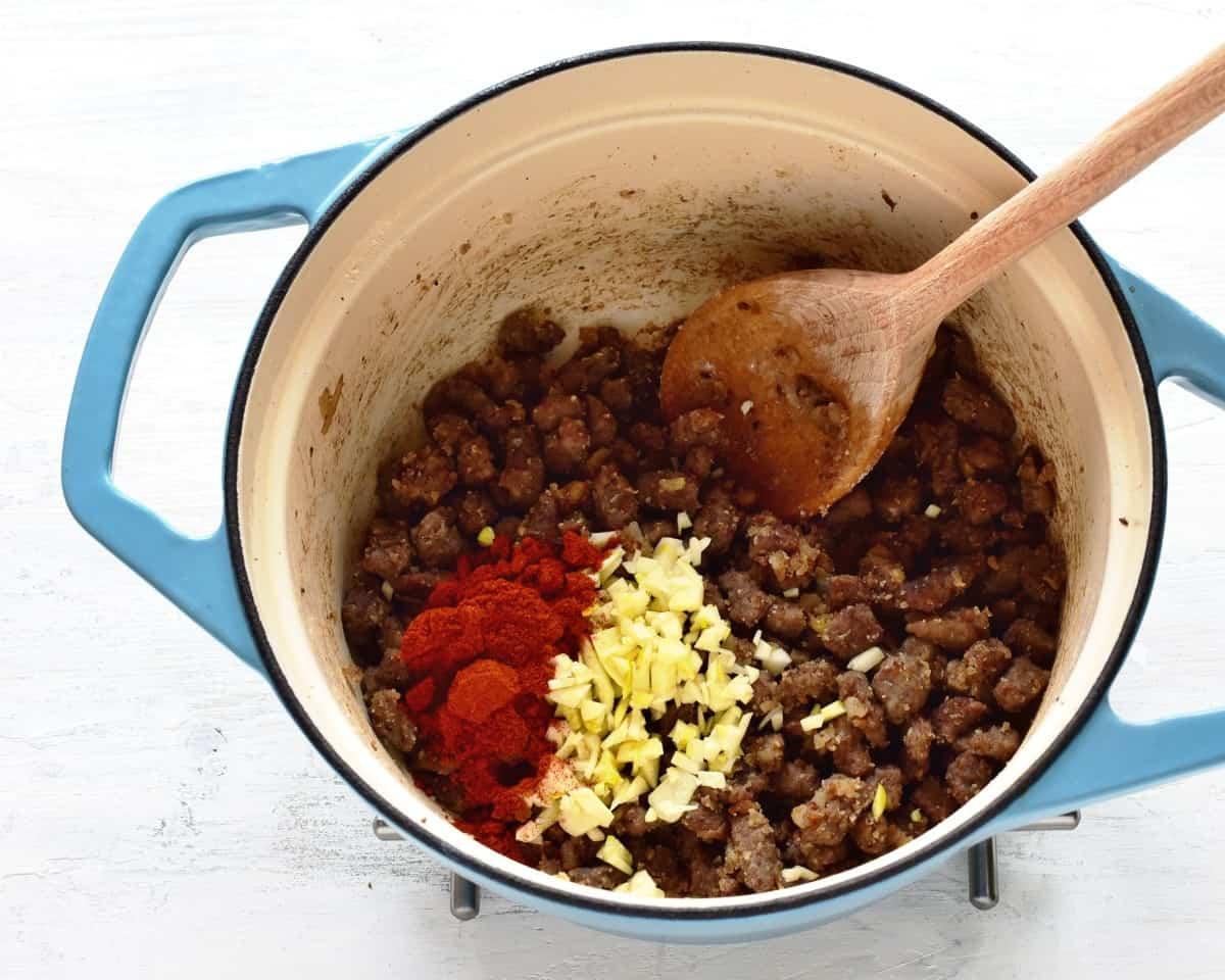 Die Basis für Gulaschsuppe abschmecken.